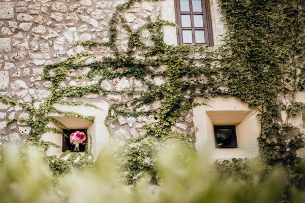 Detailaufnahme von der mallorquinischen Architektur der Finca und dem Brautstrauss.