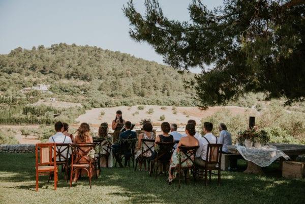 Die Hochzeitsgesellschaft von hinten mit Blick auf die Landschaft während meiner Hochzeitsrede.