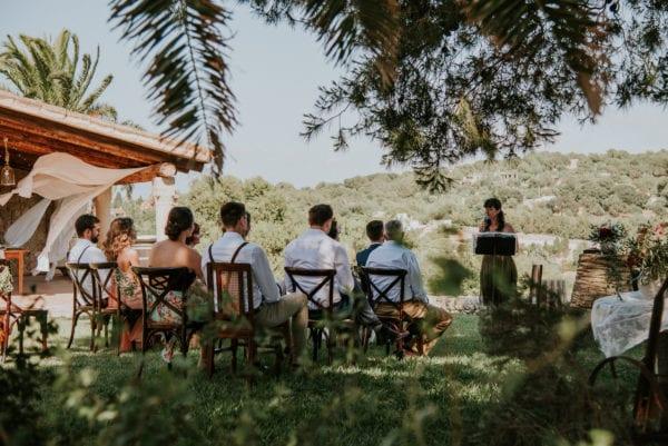 Perspektivenwechsel während der freien Trauung auf einer mallorquinischen Hochzeitsfinca.