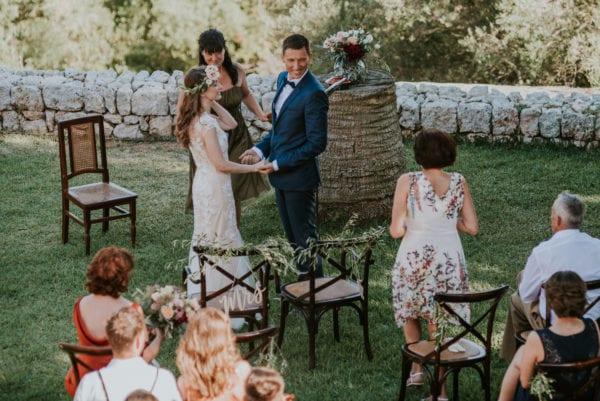 Die Brautmutter bringt die Ringe.