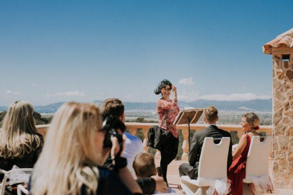 Der Wind bläst mir kräftig durch die Haare während der Zeremonie. Ich musste sehr lachen.