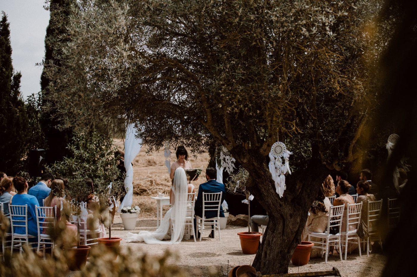 Blick vom Weiten auf die Hochzeitszeremonie.