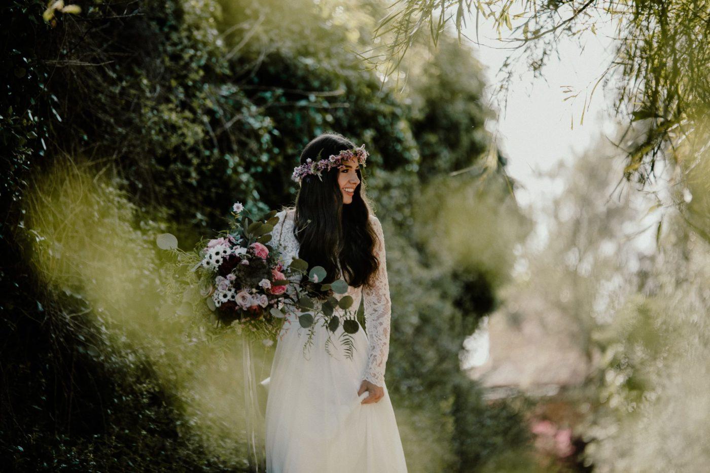Ein wunderschönes Foto von der Braut auf dem Weg zur Zeremonie.