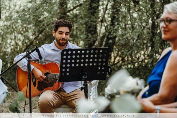 Adrian beim Gitarrenspiel und singen.
