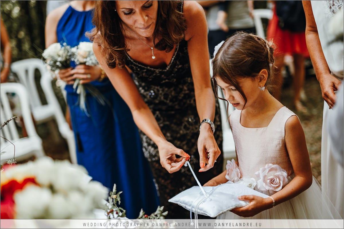 Caroline beim Öffnen des Ringbandes.