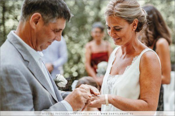 Das Brautpaar steckt sich die Ringe an.