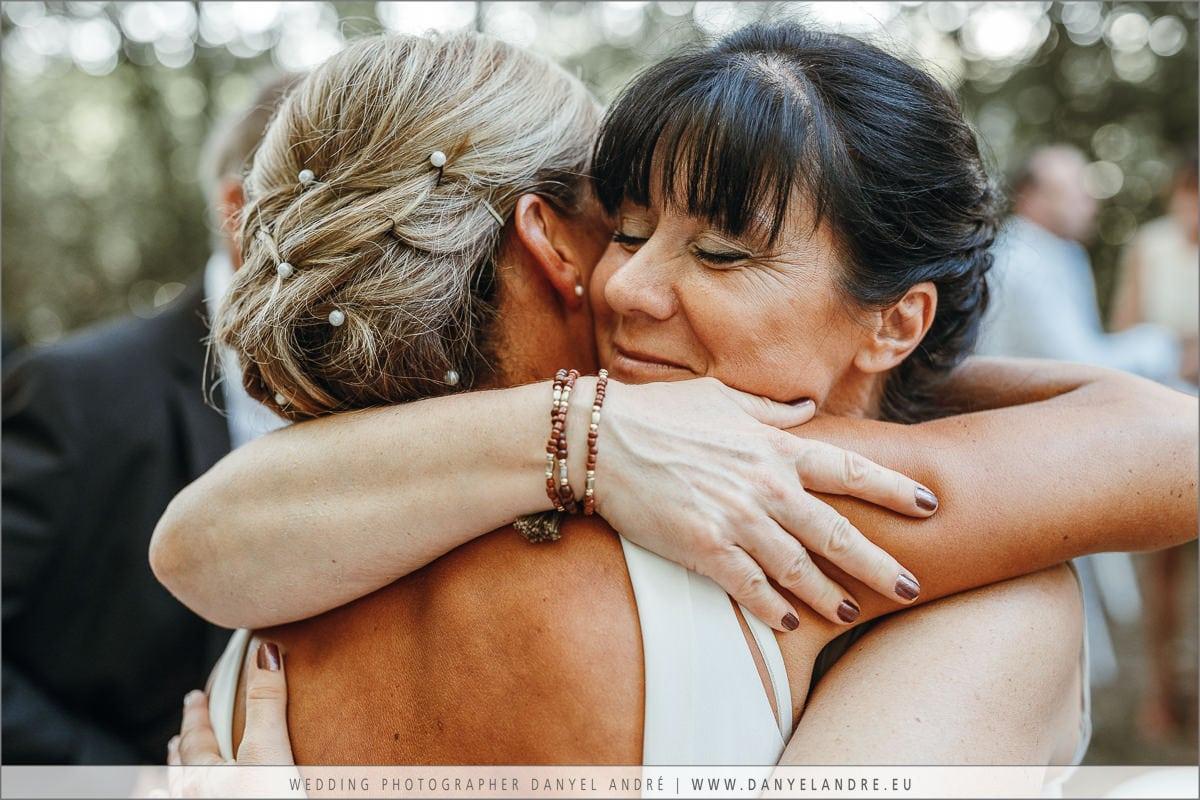 Die Braut und ich in einer innigen Umarmung.