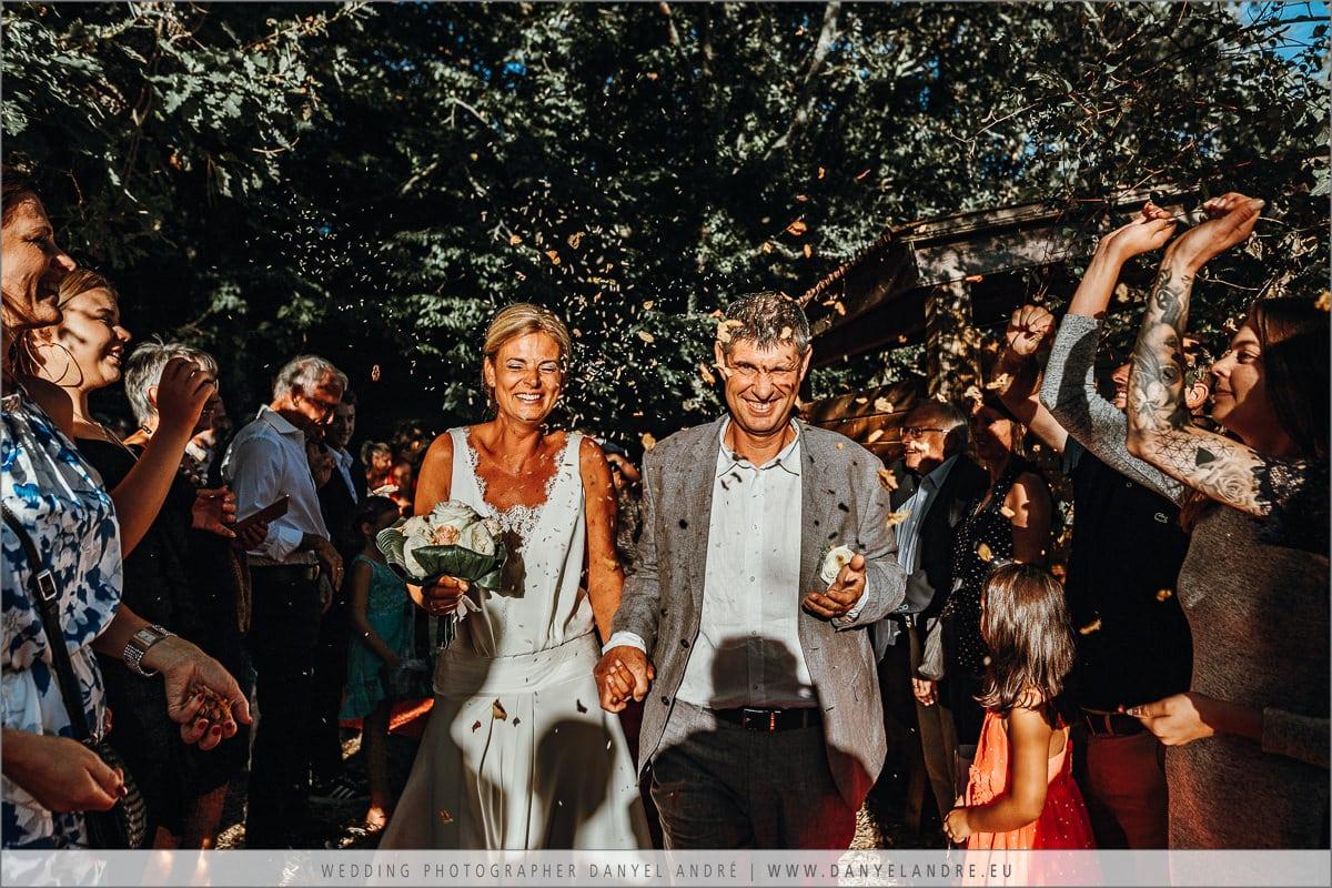 Das Brautpaar beim Auszug.
