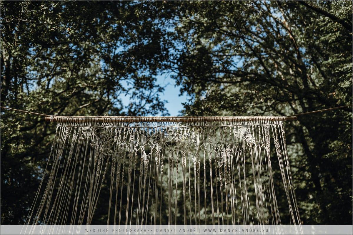 Ein wunderschöner Makrame Vorhang als Traualtar.