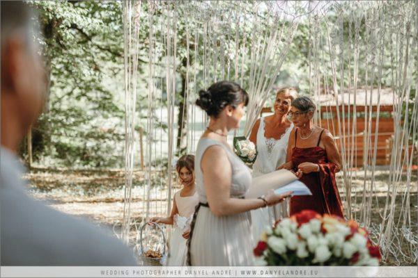 Die Braut kommt begleitet von ihrer Mutter.