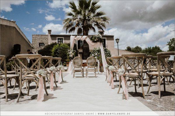 Die wundervolle Dekoration für die Hochzeitszeremonie auf der Finca Can Patro auf Mallorca.