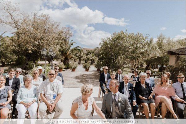 Das lachende Brautpaar während einem lustigen Teil der Hochzeitsrede.