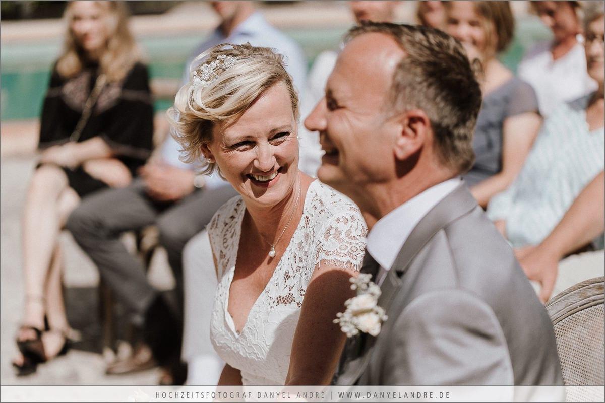 Das Brautpaar lächelnd während meiner Traurrede auf Mallorca.