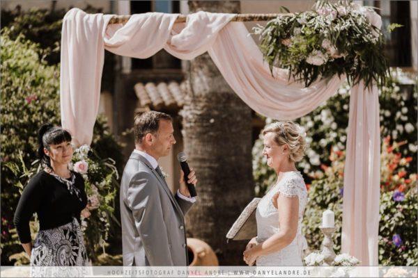 Der Bräutigam trägt sein Trauversprechen vor.