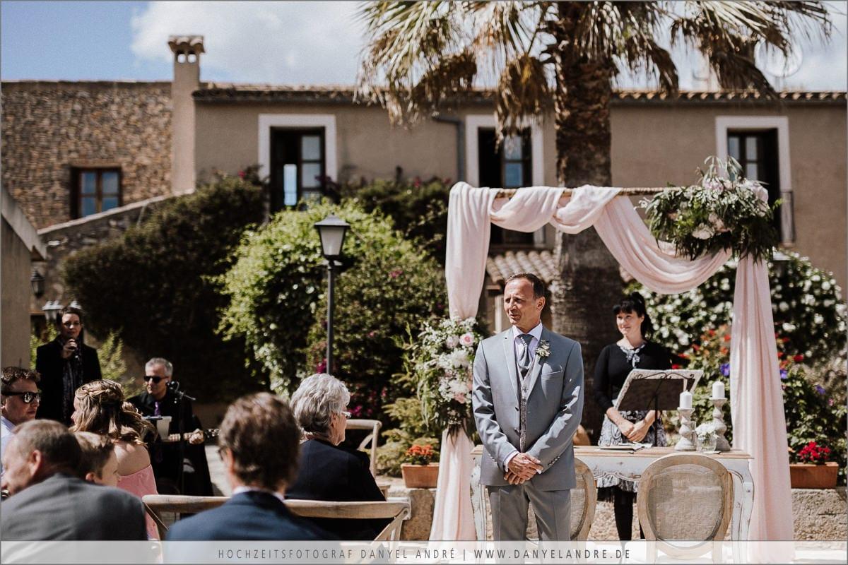 Der Bräutigam und ich warten am Altar auf die Braut.