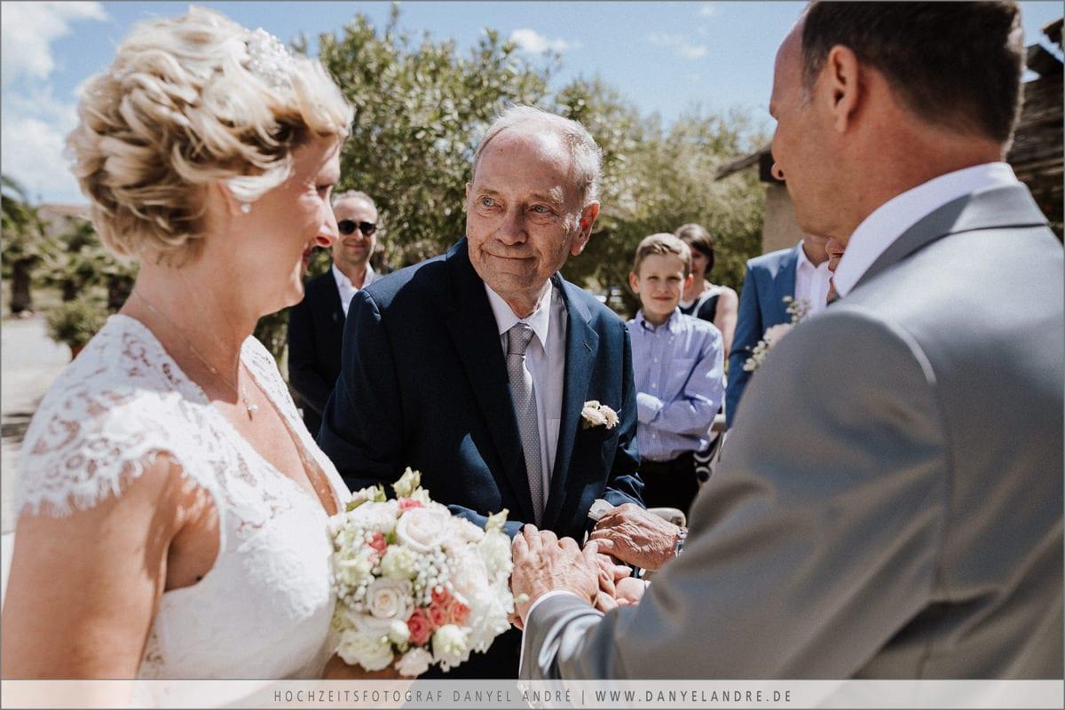 Der Brautvater übergibt seine Tochter an den Bräutigam.
