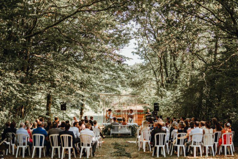 Weitblick auf die Trauzeremonie mitten im Wald.