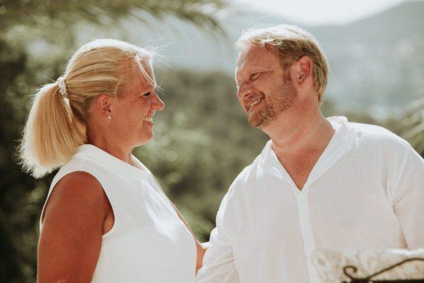 Verliebte Blicke zwischen dem Brautpaar während der Trauungszeremonie.