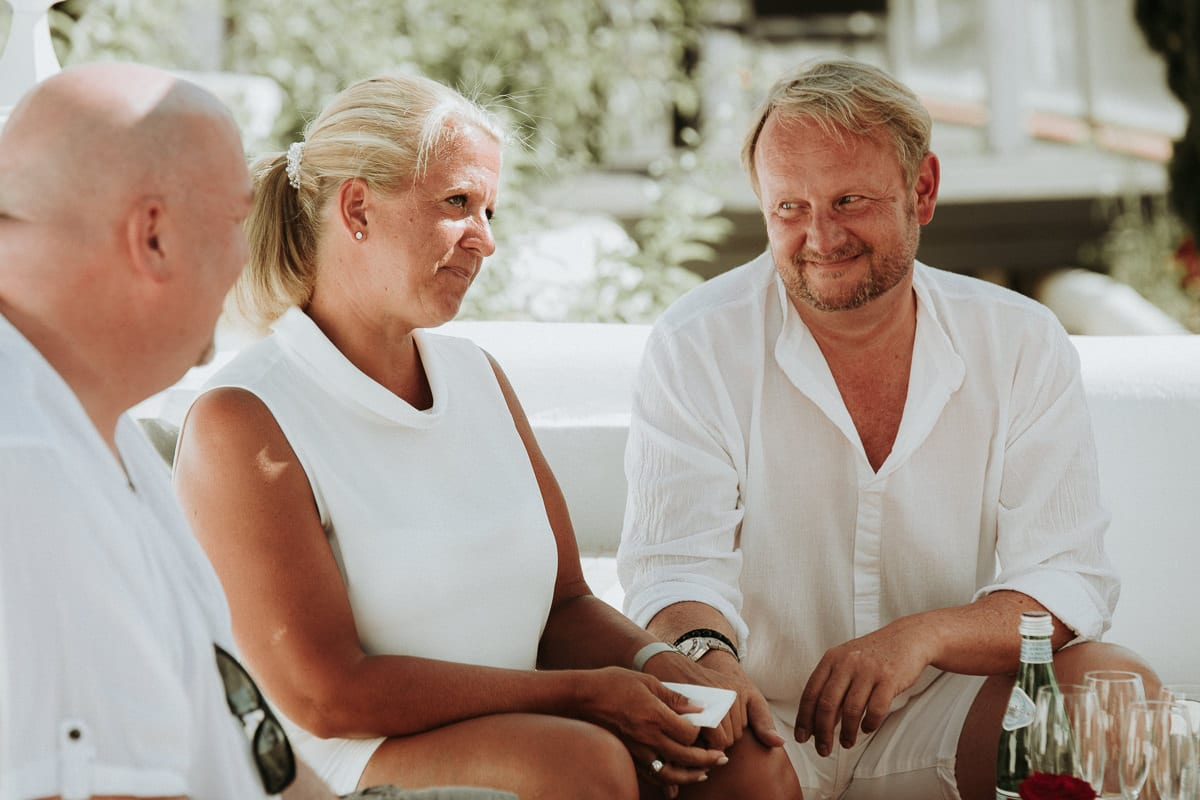 Verträumt verliebter Blick des Ehemannes auf seine Frau.