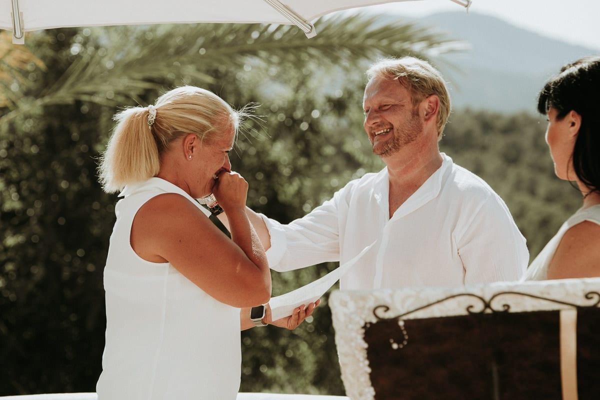 Herzlichkeiten zwischen dem Brautpaar während ihrer Zeremonie auf der Insel Mallorca.