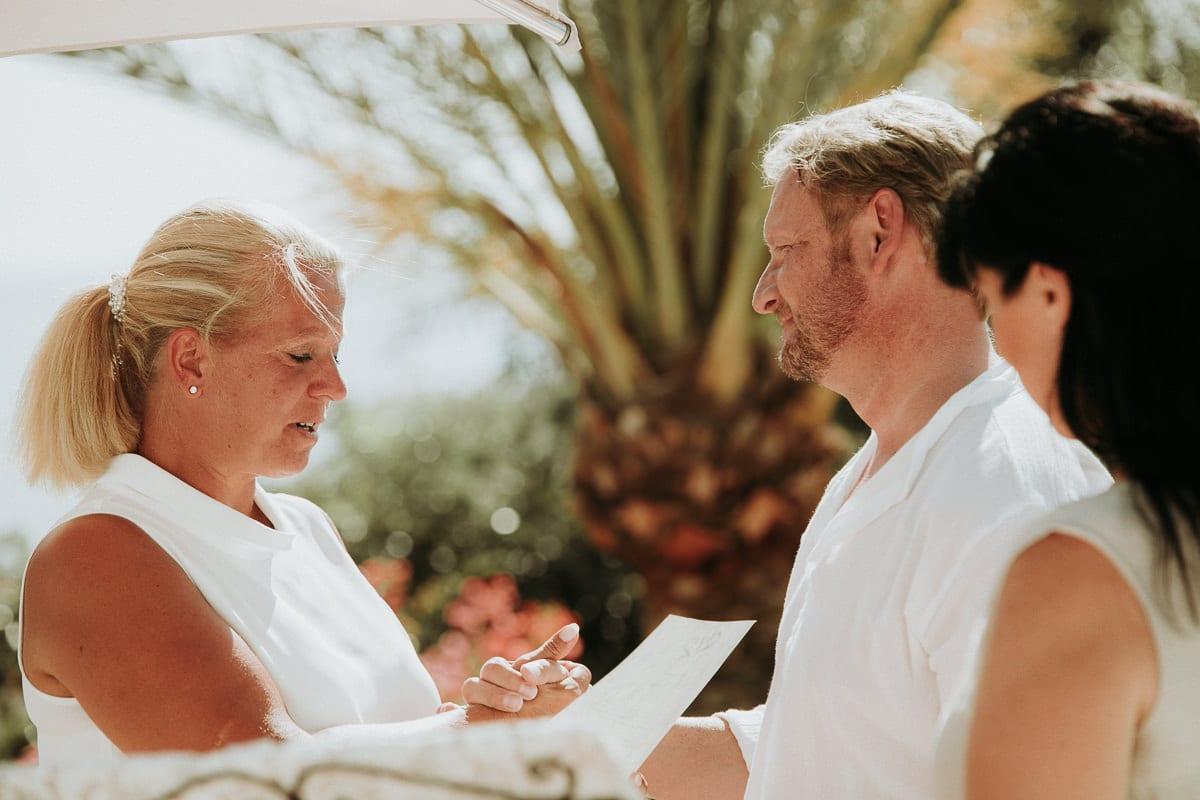 Moment während des Vorlesens des gemeinsamen Eheversprechens nach zehn Jahren Ehe.