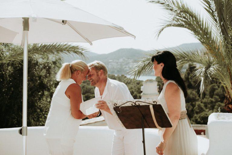 Das total glückliche Brautpaar Stirn an Stirn und lachend nach dem Verlesen ihres Eheversprechens.