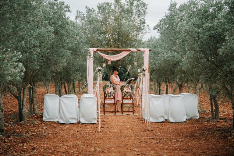 Ich allein am Trauungsort während ich mich auf die Rede vorbereite. Das Can Davero ist der schönste Ort für eine freie Trauung den ich je auf Mallorca gesehen habe.