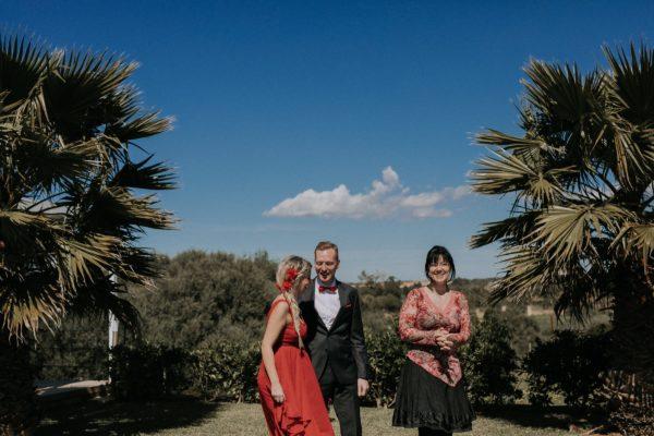 Eine süsse Momentaufnahme von eirund dem Brautpaar nach der Trauung. Wir sind alle am Lachen.