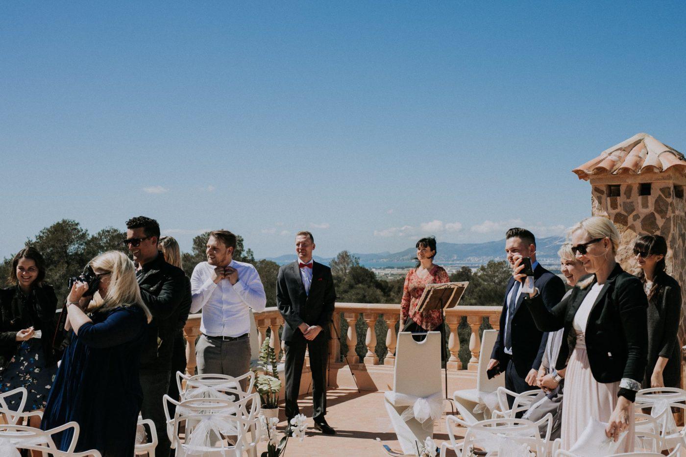 Der Bräutigam, ich und die Gäste warten gespannt auf die Braut.