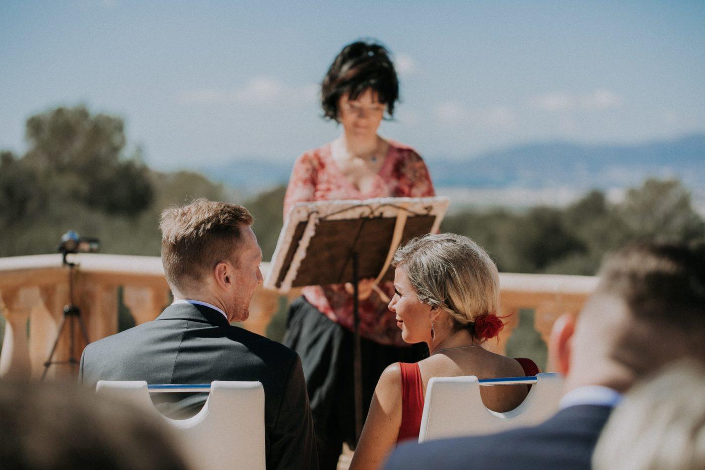 Das Brautpaar tausch intime und verliebte Blicke währen der Zeremonie miteinander aus.