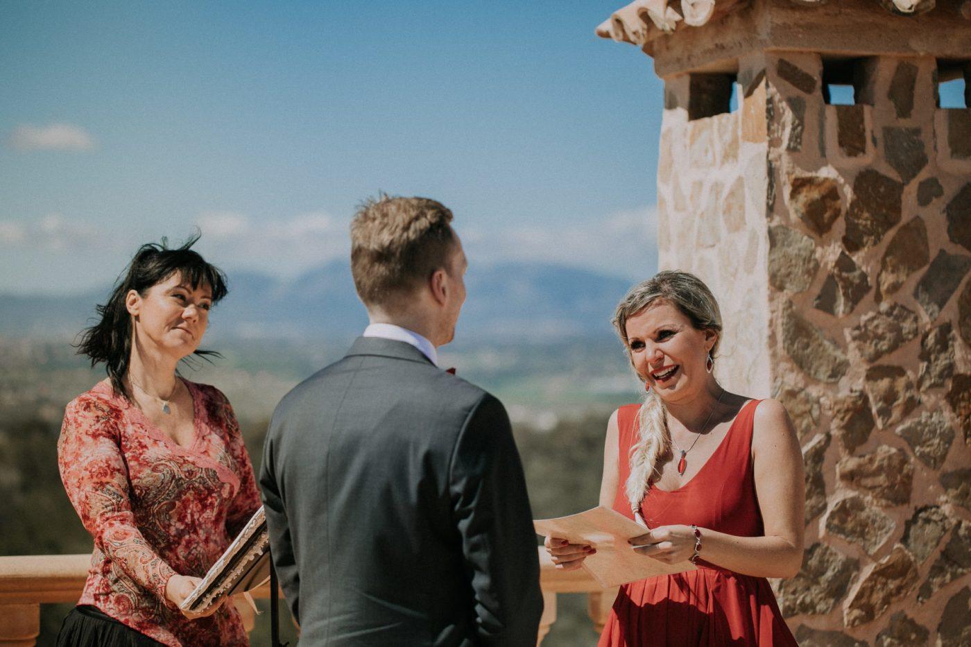 Die Braut spricht ihrem Mann das Eheversprechen vor.