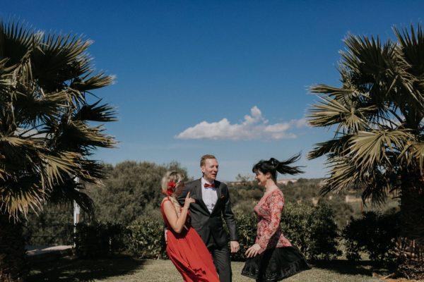 Natürliches Foto von mir und dem Brautpaar nach der Zeremonie.
