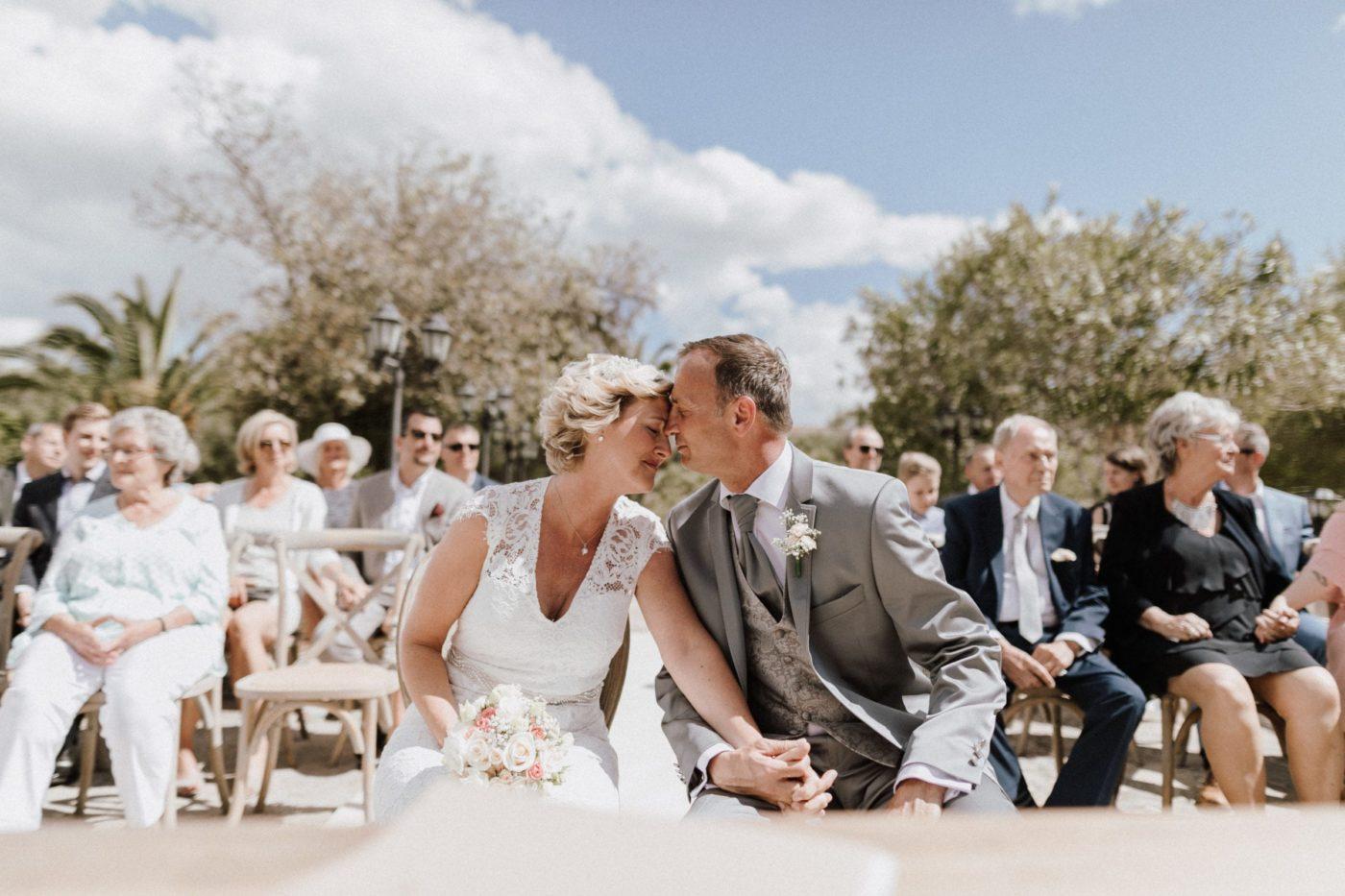 Das Brautpaar sitzt Stirn an Stirn und geniesst die Musik während der Trauung.