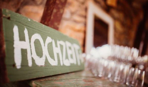 Detailfoto von einem Hochzeit - Holzschild.