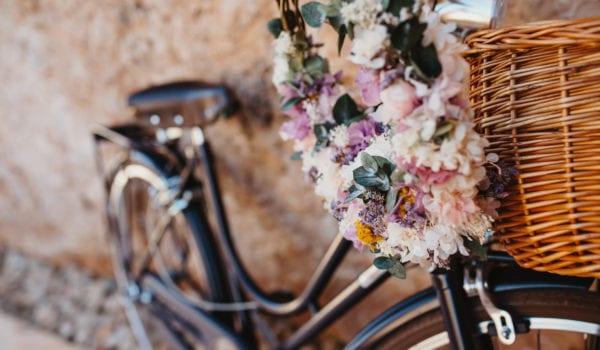 Der Hochzeitsstrauss ist ein Blumenreifen der an einem alten Fahrrad hängt.