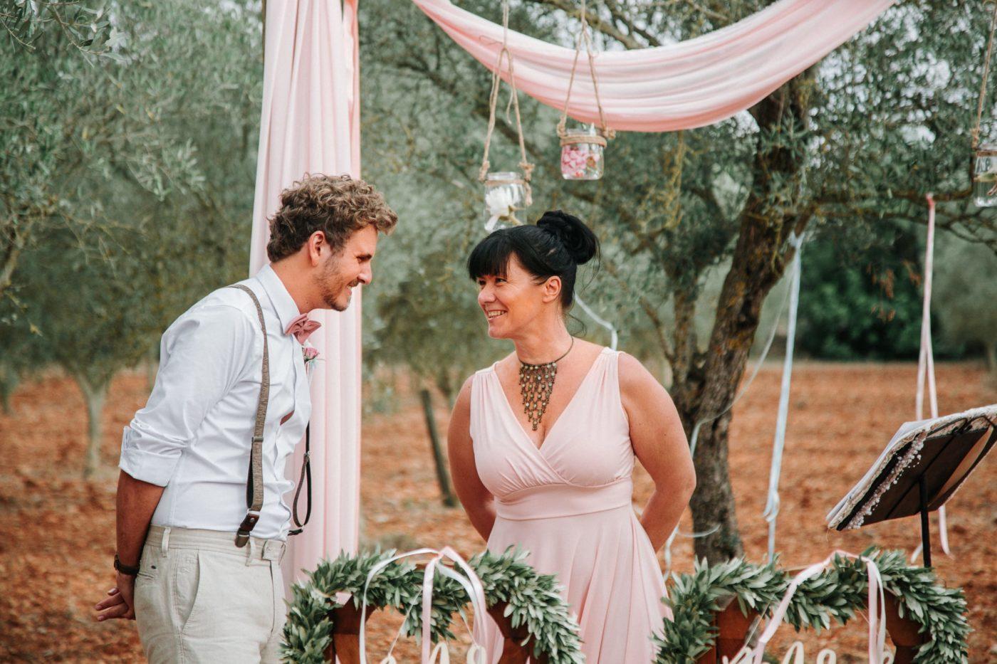 Der Bräutigam und ich vor der Trauung. Es gab wohl etwas lustiges, denn wir lachen uns beide herzlich an.