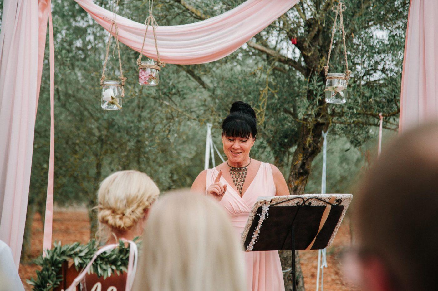 Ich unter dem rosa dekorierten Traualtar beim Halten meiner Hochzeitsrede.