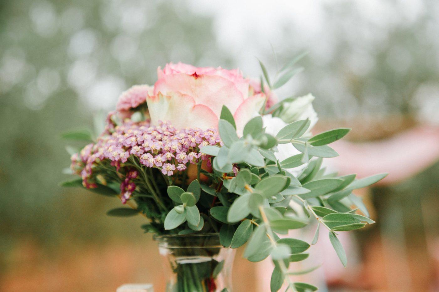 Hochzeitsblumen im Glas.