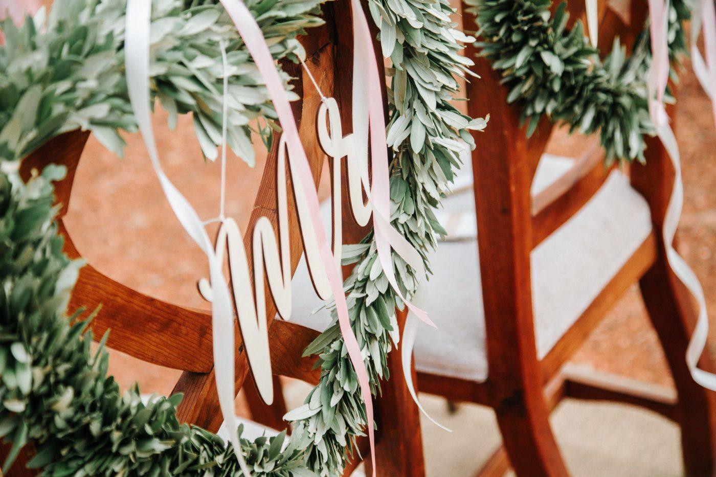 Die wunderhübsche Dekoration der stuhle des Brautpaars.