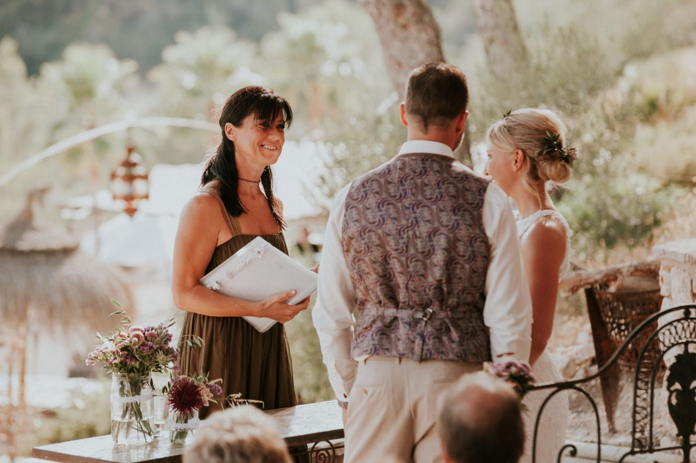 Das Brautpaar und ich lächeln und während der Zeremonie an.