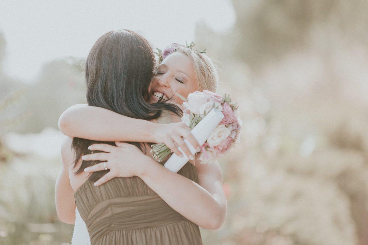 Die Braut umarmt mich glücklich nach der Zeremonie.