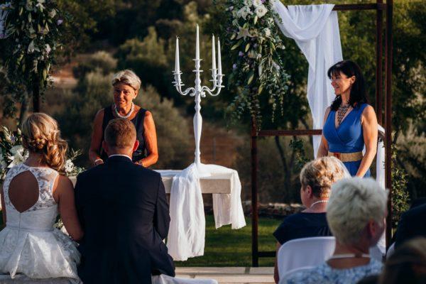 Eine Verwandte spricht während der Trauung.