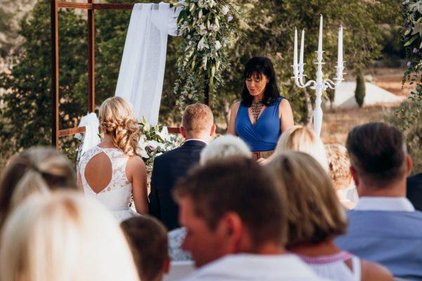 Ich als Hochzeitsrednerin während der Zeremonie.