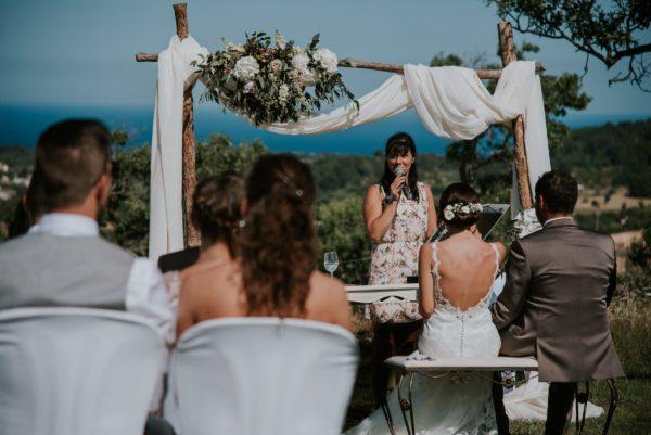 Ich, das Brautpaar und die Gäste mit Blick auf das Meer während der Trauzeremonie.