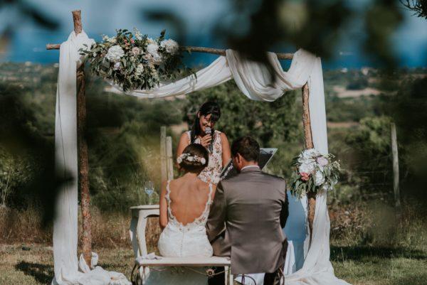 Blick auf mich und dem Brautpaar von hinten während der Hochzeitsrede.