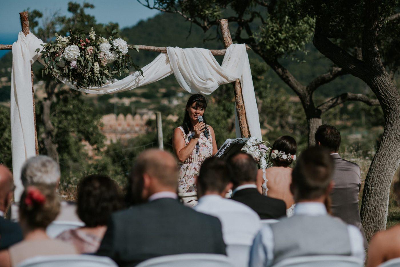 Momentaufnahme von mir und der Zeremonie während ich die Hochzeitsrede halte.