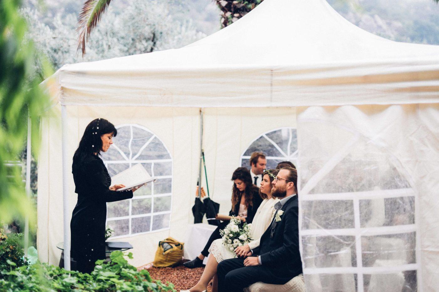 Blick auf mich und das Brautpaar, sowie dem weissen Hochzeit Regenzelt.
