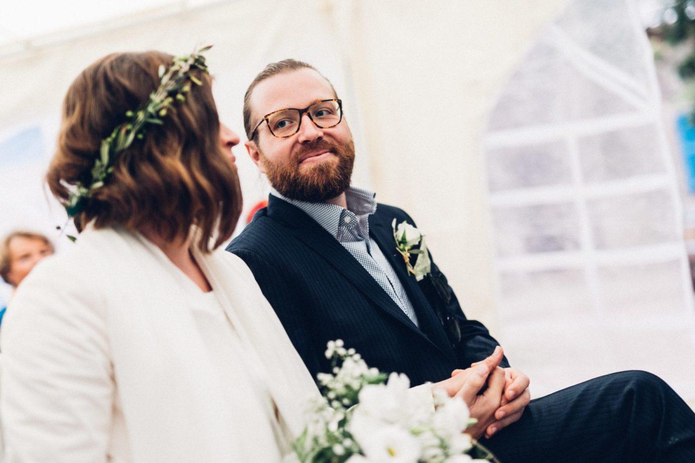Der Bräutigam Schatz seine Braut verliebt während der Zeremonie an.