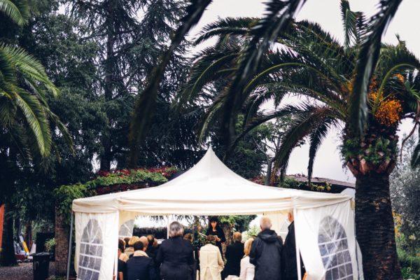 Die Trauungszeremonie in einem weissem Regenzelt.