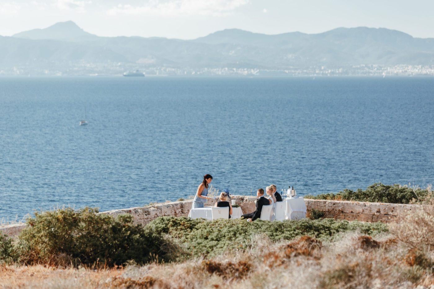 Weitblick auf die Trauung im Hotel Cap Rocat auf Mallorca.